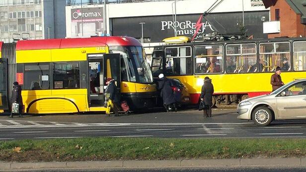 Samochód zakleszczył się pomiędzy tramwajami Karol Wieczorek