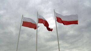 Biało-czerwone flagi na rocznicę katastrofy smoleńskiej