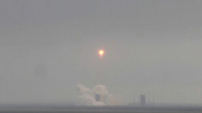 """Niekontrolowane wejście w atmosferę chińskiej rakiety. <br />Czy """"deszcz"""" odłamków spadnie nam na głowy?"""