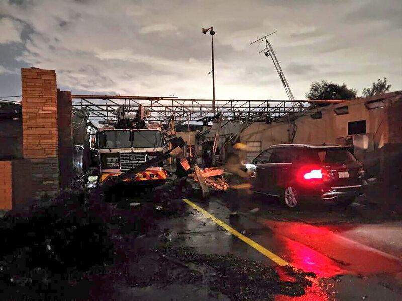 Zniszczenia po przejściu tornada (PAP/EPA/DALLAS FIRE-RESCUE / HANDOUT)