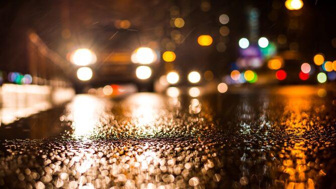 Deszcz ze śniegiem i wiatr utrudnią jazdę